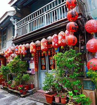 たくさんの赤提灯が飾られた本場台湾の建物