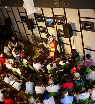 ウッドベースの演奏を聴き入るイベント参加者