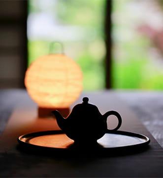 幻想的な雰囲気の部屋に置かれた茶器