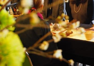 四季の植物が飾られた店内でお茶会に参加するお客様