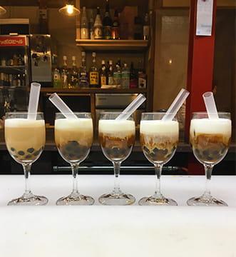 グラスに注がれて並べられたタピオカミルクティー