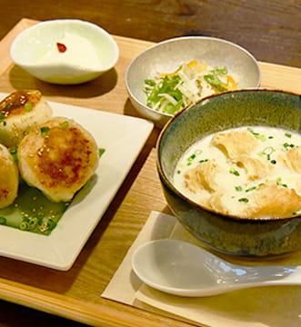 美味しそうに盛り付けられた焼き小籠包と豆乳スープ
