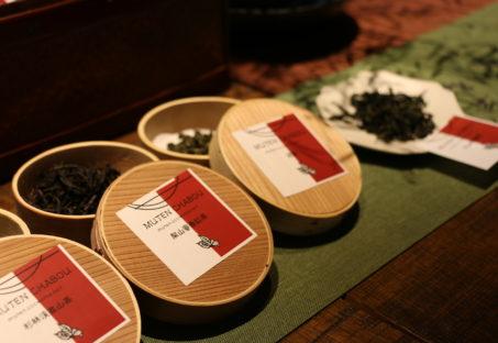 それぞれの容器に入れた中国茶葉
