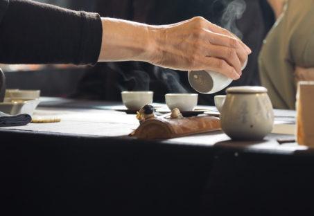 茶器に中国茶を注ぐ様子