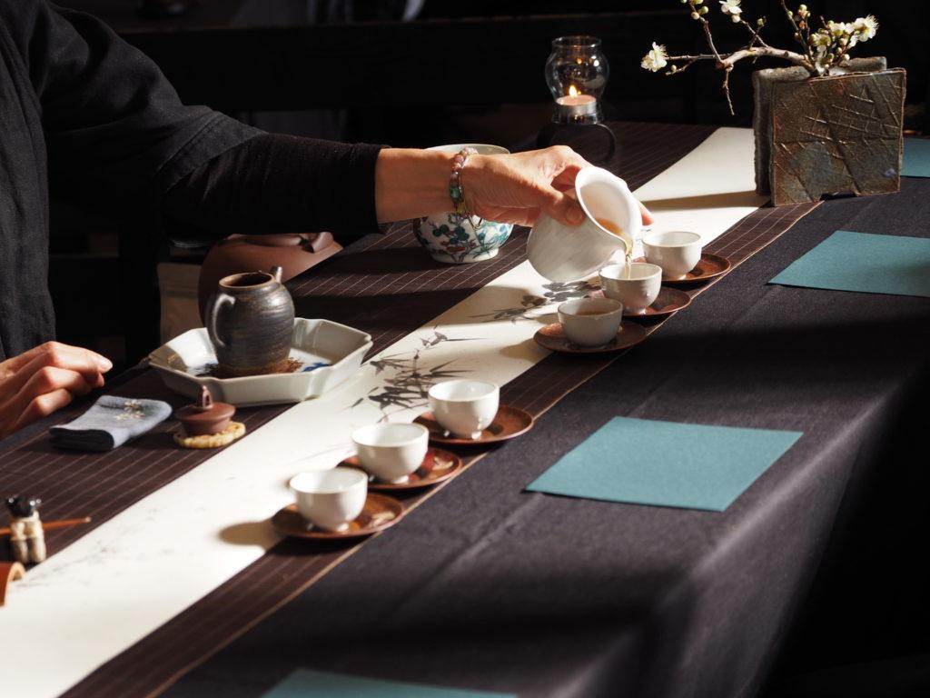 茶器に中国茶を注ぐ茶藝師