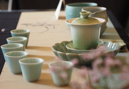 テーブルに並べた美しい色合いの茶器