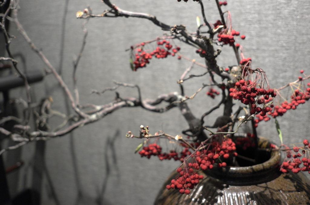 花瓶に生けた赤い実の植物
