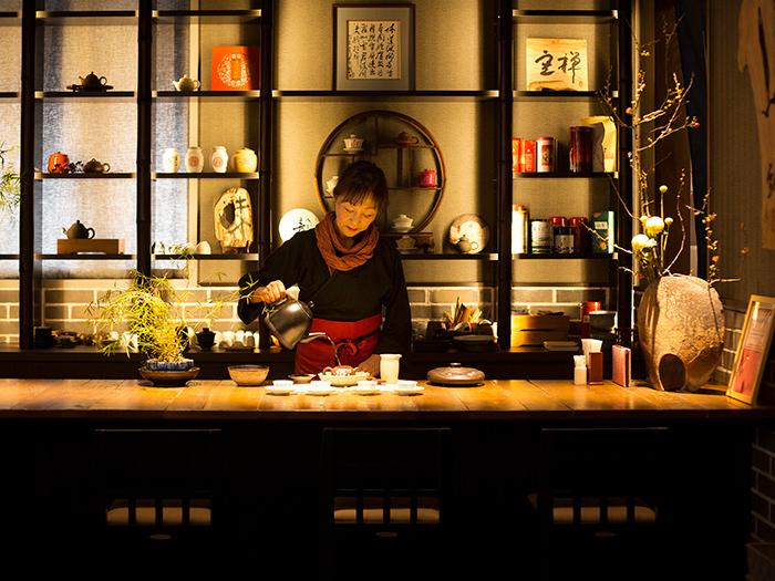 お茶席カウンターで中国茶を淹れる高級茶藝師