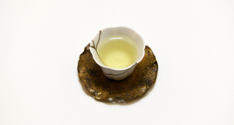綺麗な茶器に注がれた阿里山高山茶
