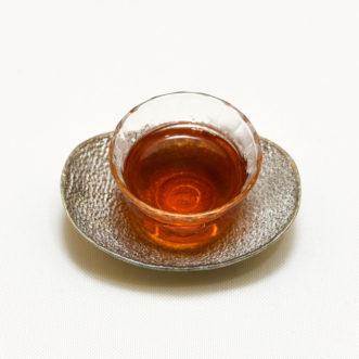 綺麗な茶器に注がれた紅玉紅茶