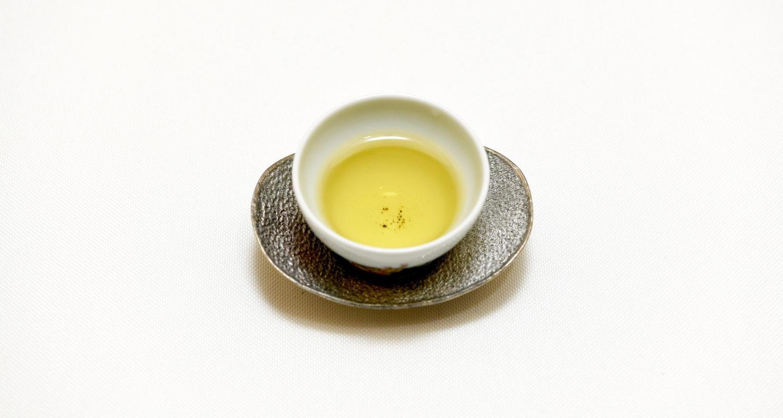 綺麗な茶器に注がれた梨山高山茶