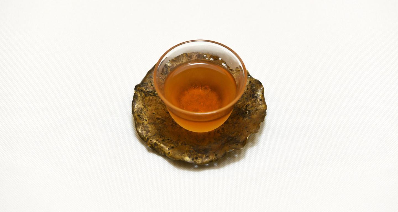 綺麗な茶器に注がれた梨山密香紅茶
