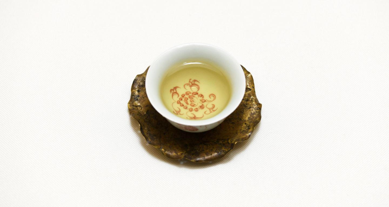 綺麗な茶器に注がれた杉林渓高山茶