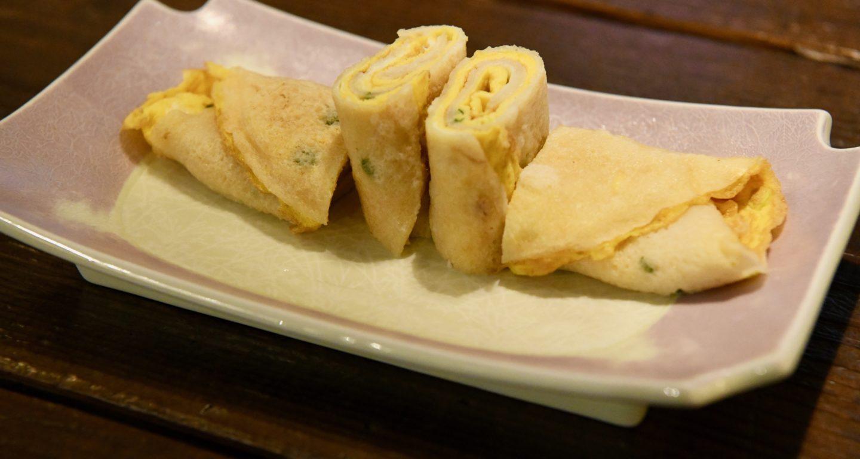 お皿に盛りつけた、美味しそうな焼き色の台湾卵クレープタンピン