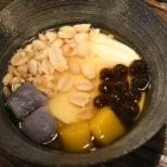 お豆腐やピーナッツなど様々なトッピングが入った豆花 サムネイル画像