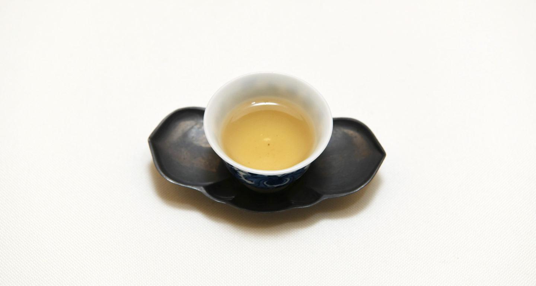 綺麗な茶器に注がれた凍頂烏龍茶