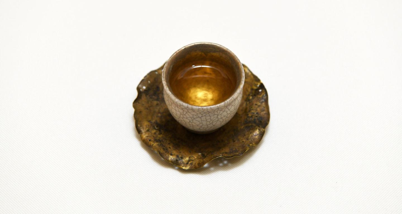 綺麗な茶器に注がれた東方美人茶