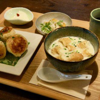 カリっと焼き上がった小籠包と、豆乳スープとサラダのセット